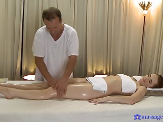 Masseur leads younger doll to crave for his pulsating blarney