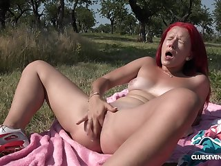 Outdoor satisfaction by finger bonking the pussy away in the sunshine